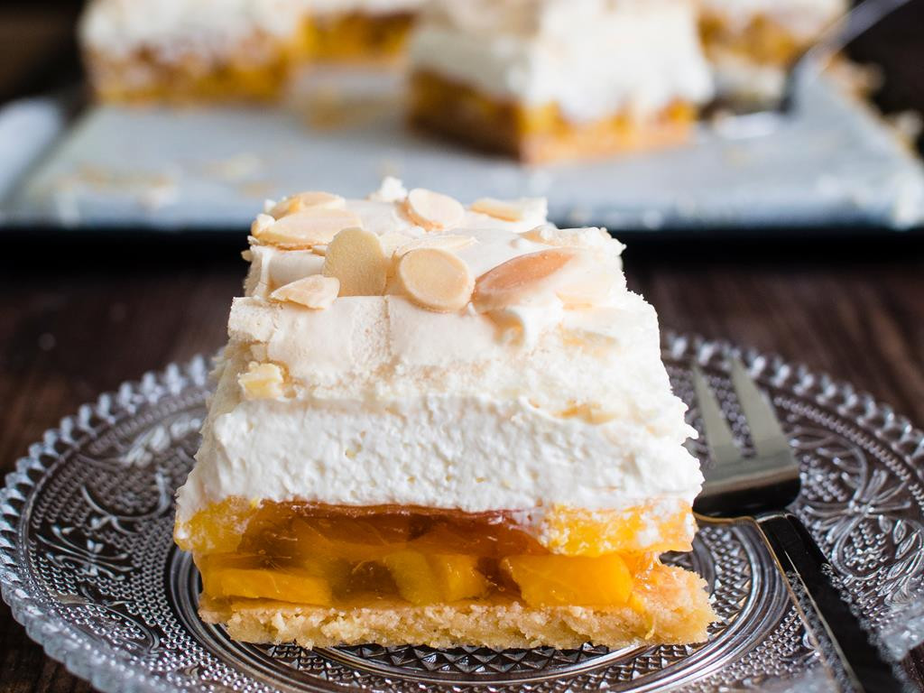 brzoskwiniowa chmurka kruche ciasto z galaretka brzoskwiniami, delikatnym kremem i słodką bezą z migdałami