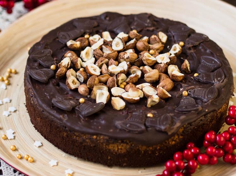 ciasto czekoladowe z orzechami, marcepanem i polewą czekoladową