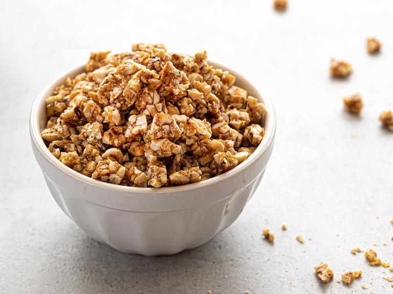 Krokant (croquant) posypka orzechowa w miseczce