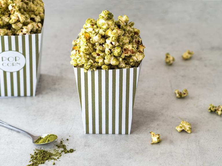 Popcorn z matchą i białą czekoladą