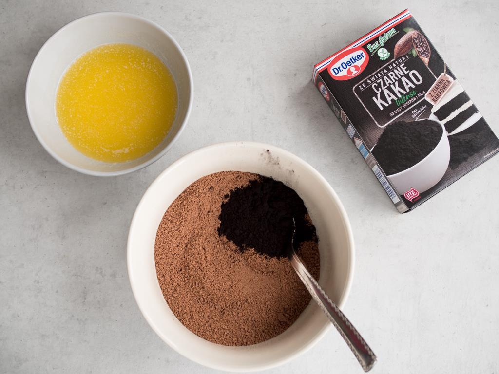 Pokruszone herbatniki z Czarnym Kakao od Dr. Oetkera i rozpuszczone masło w miseczce