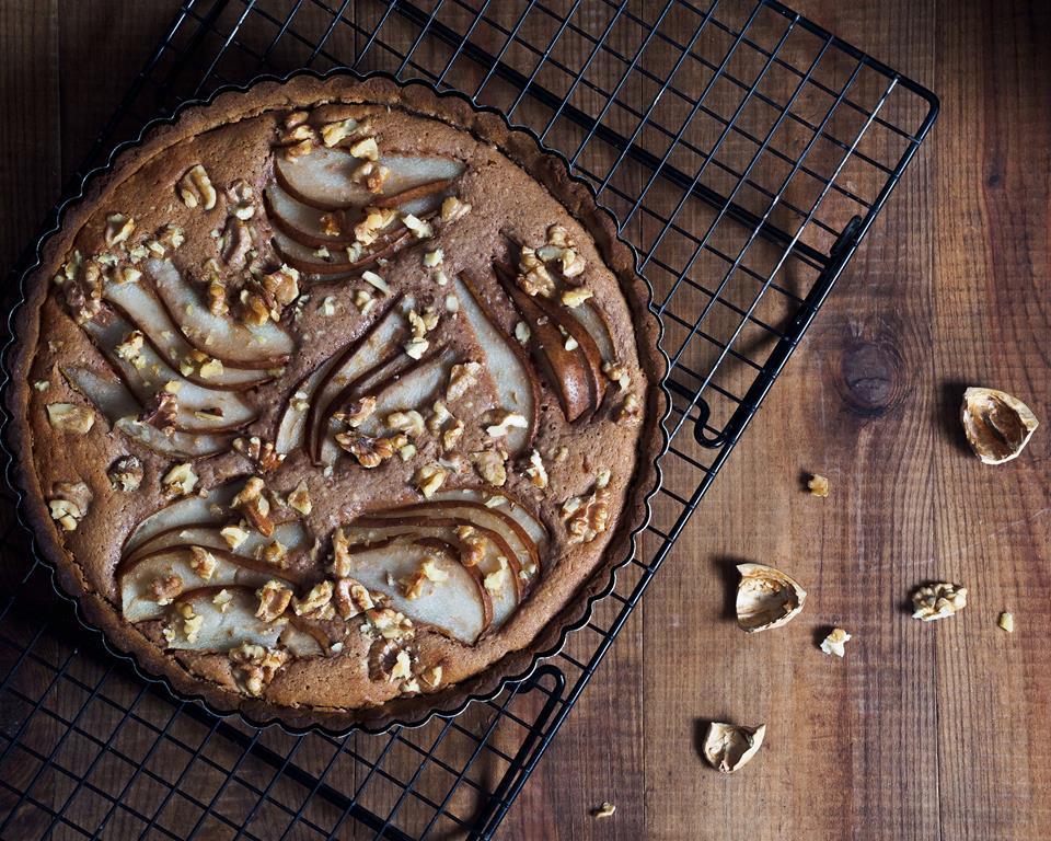 tarta z mąką kasztanową, czekoladą i gruszkami