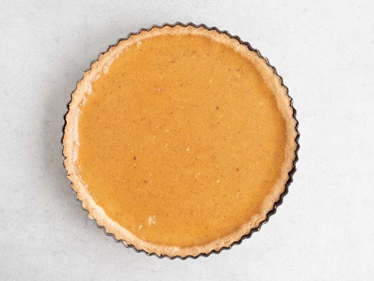Upieczona tarta z orzechowym Crème Brûlée
