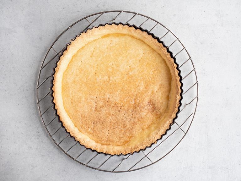 Upieczona tarta posmarowana żółtkiem