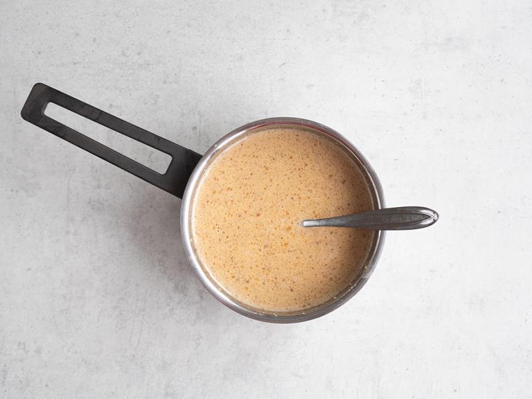 Zagotowana śmietanka, cukier, sól i pasta z krokanta