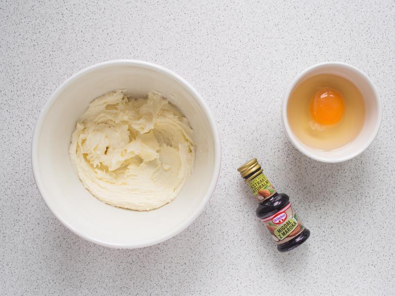 masa maslana, ekstrakt migdałowy, jajko