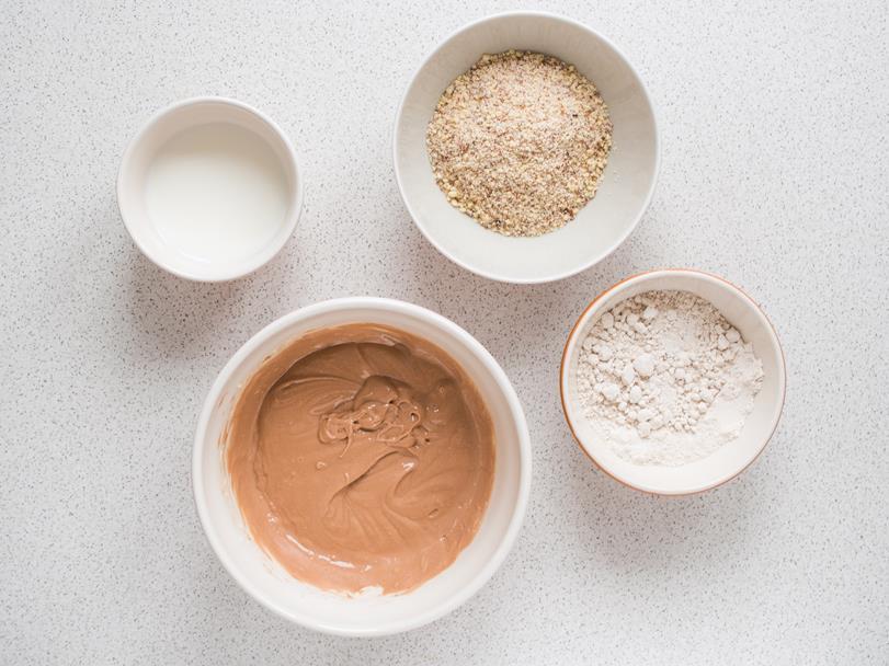 masa maślana z dodatkiem czekolady, mielone migdaly, mąka kasztanowa