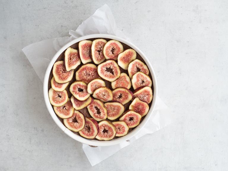 Figi ułożone na tofurniku w tortownicy