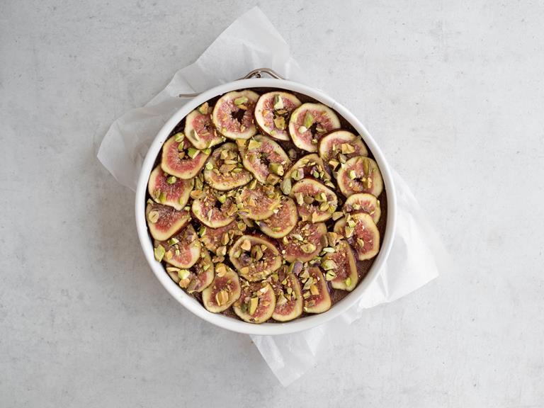 Tofurnik z figami posypany pistacjami i polany syropem z agawy