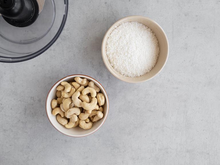 orzechy nerkowca i wiórki kokosowe w osobnych miseczkach