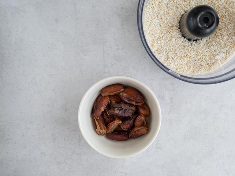Rozdrobnione orzechy i wiórki kokosowe w melakserze