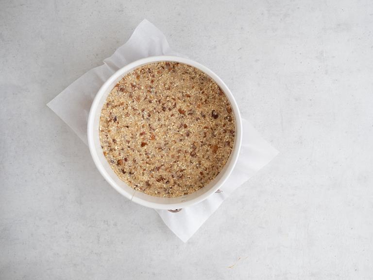Masa daktylowo-kokosowo-orzechowa wyłożona na spód tortownicy