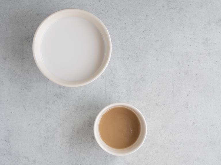 Mleko migdałowe i agar w miseczkach
