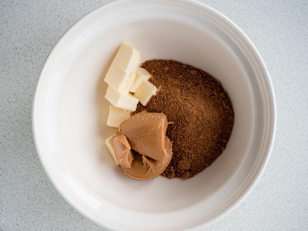 maslo orzechowe z cukrem kokosowym i masłem