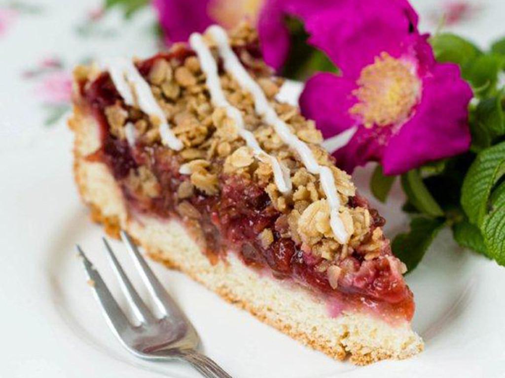 kawałek ciasta śliwkowego z chrupiącą kruszonką z płatków owsianych udekorowanego lukrem - wszystkiego słodkiego