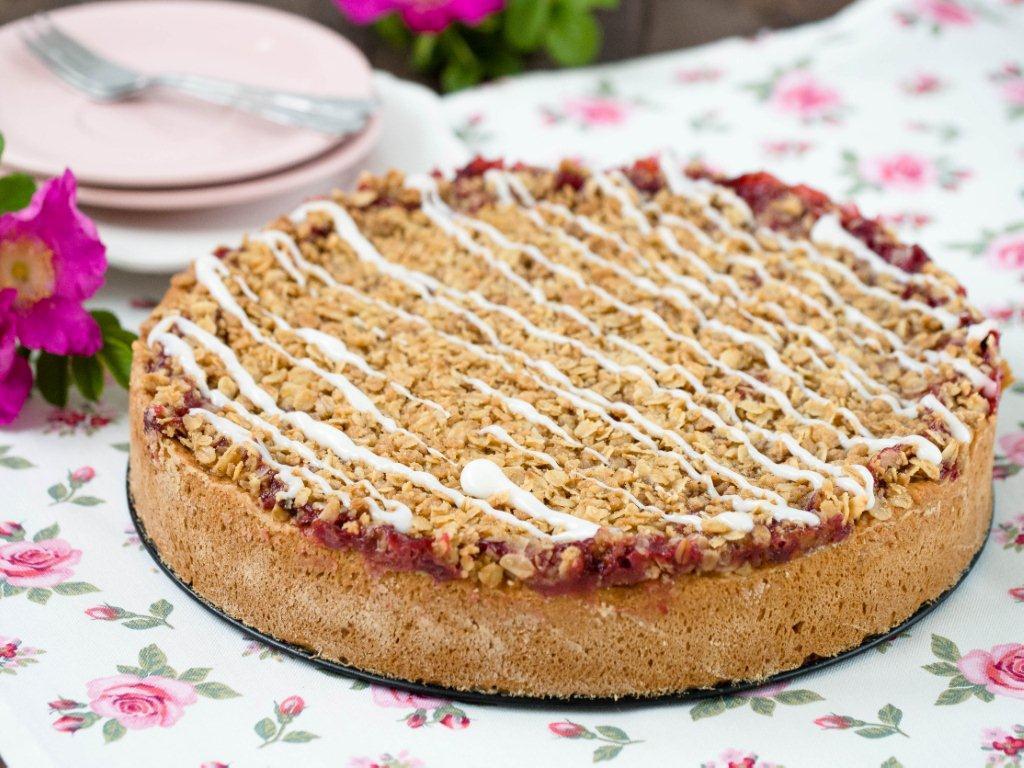 ciasto śliwkowe z chrupiącą kruszonką owsianą polane lukrem - wszystkiego słodkiego