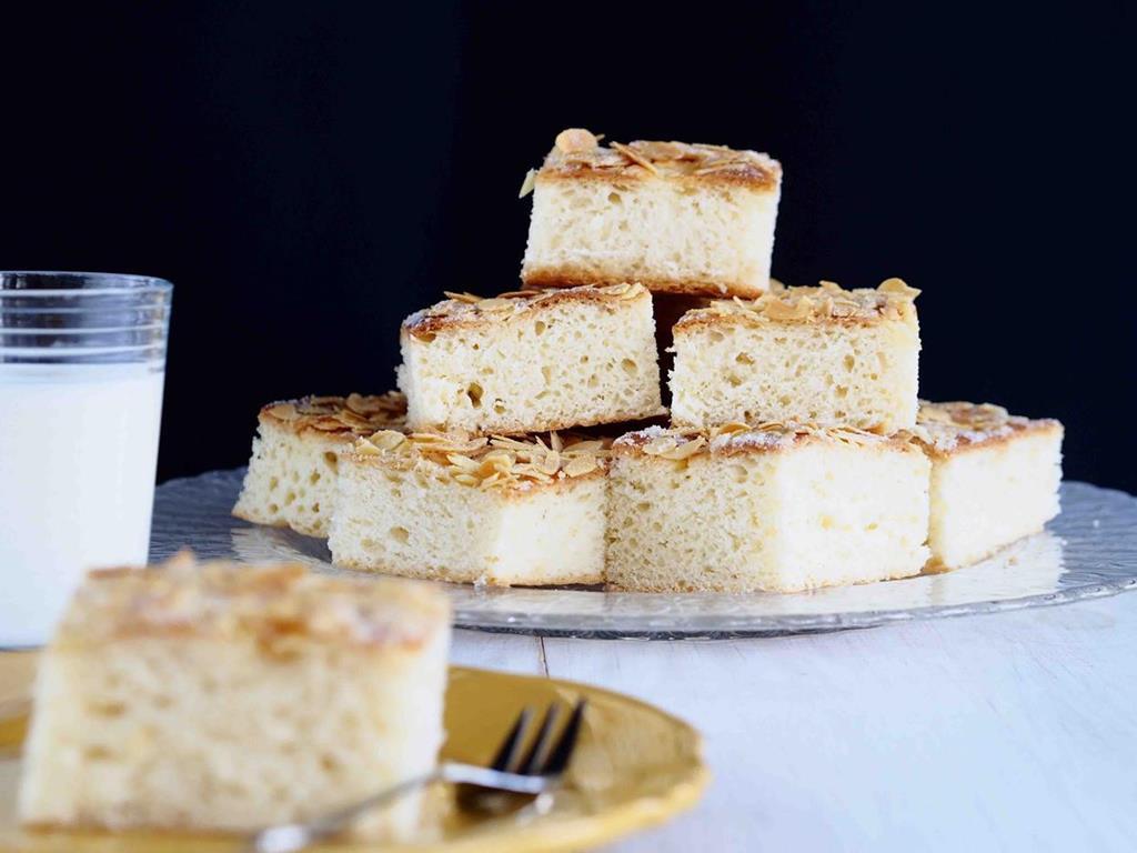 drożdżowe ciasto maślane z migdałami ułożone w piramidkę na talerzyku - wszystkiego słodkiego