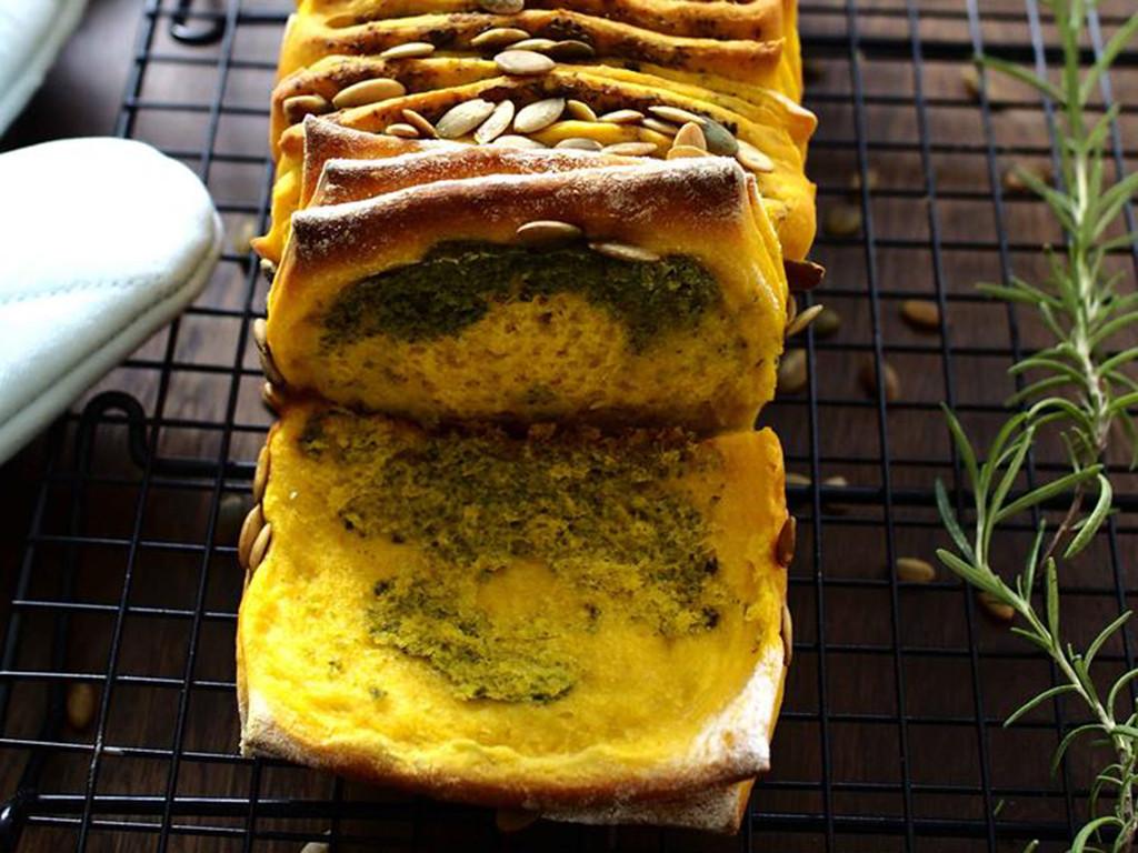 odrywany chlebek dyniowy z ziołami