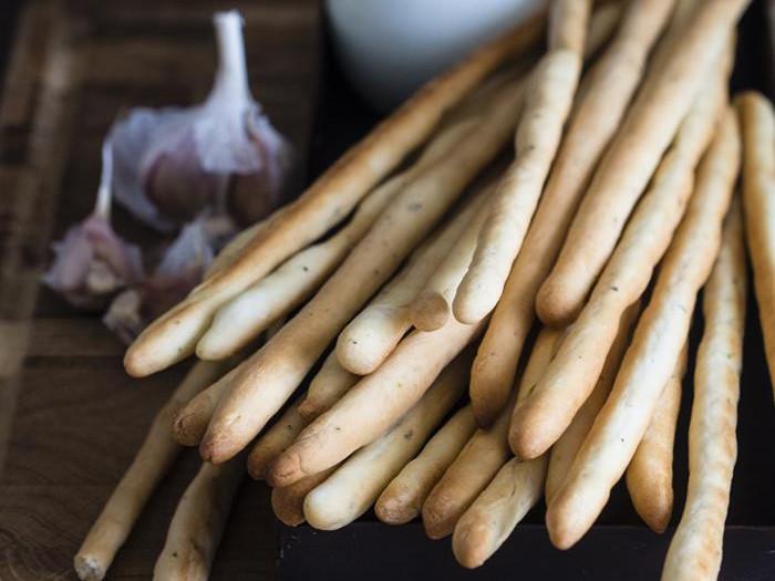 grissini, włoskie chlebowe paluszki z ziołami