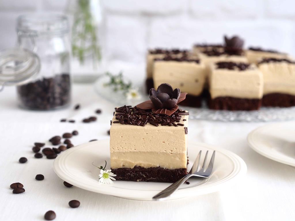 kawowe ciasto mokka na ciemnym biszkopcioe z kremem budyniowym i śmietankowym kremem kawowym