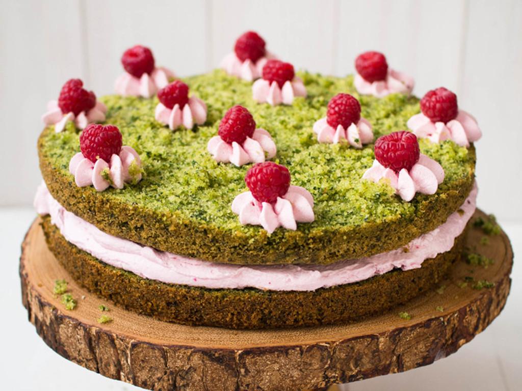 leśny mech zielone ciasto ze szpinakiem przełożone kremem malinowym i ozdobione okruszkami z ciasta, kremem i świeżymi malinami - wszystkiego słodkiego