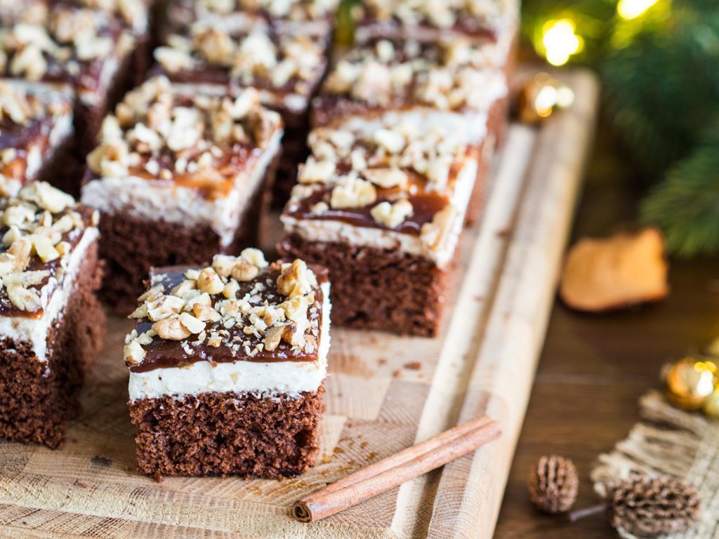 piernik czekoladowy z kremem z białą czekoladą i korzenną polewą