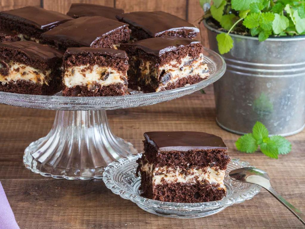 ciasto pijana śliwka na cieście czekoladowym z kremem i polewą z czekolady
