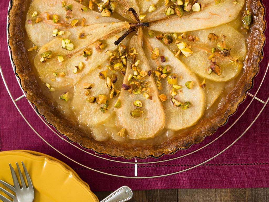 tarta z gruszkami, pistacjami i sosem toffi