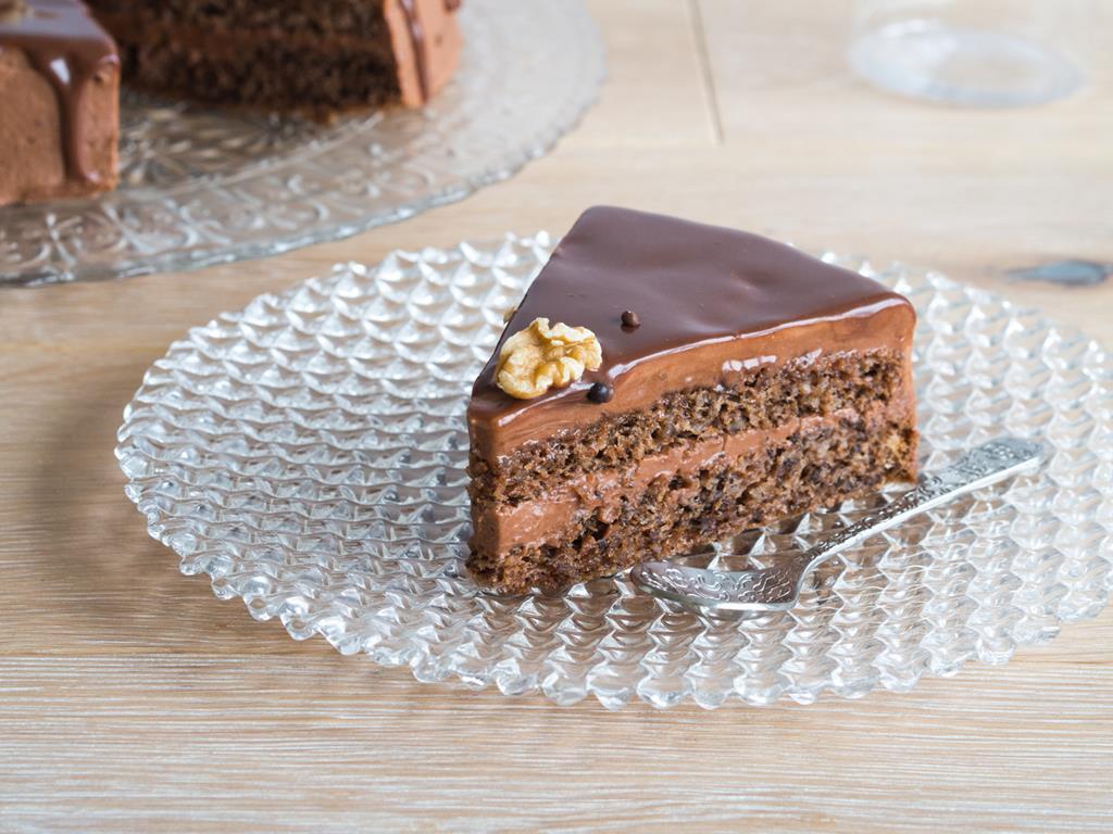 tort czekoladowy z kremem orzeczowym i czekoladową polewą