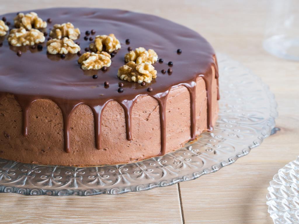 tort czekoladowy z kremem orzechowym i czekoladową polewą