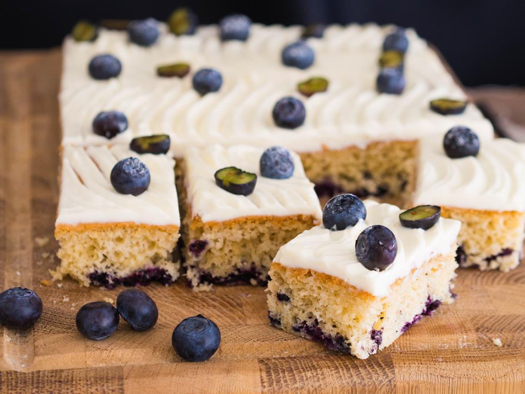 waniliowe ciasto z borówkami z kremowym serkiem i borówkami