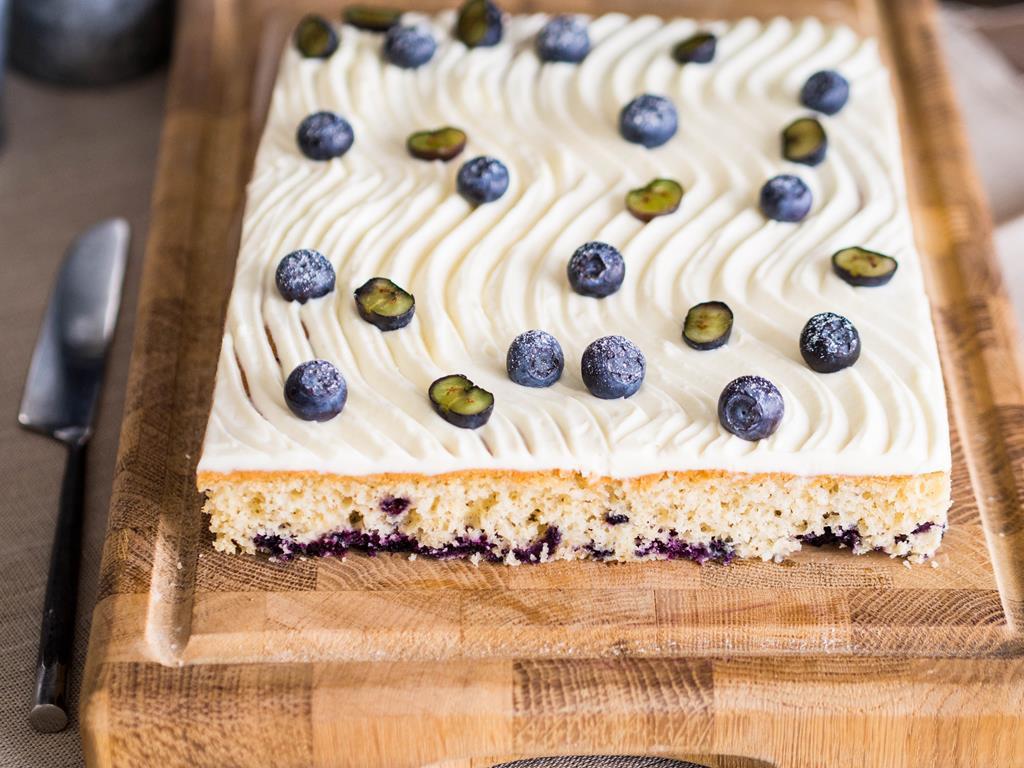 waniliowe ciasto z kremem i borówkami