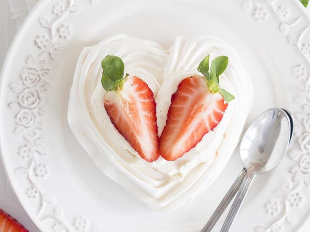 bezowe serca z kremem waniliowym i truskawkami - Wszystkiego Słodkiego