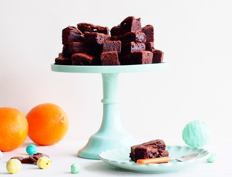 brownie z pomarańczą na paterze i na talerzyku, pomarańcze w tle - wszystkiego słodkiego