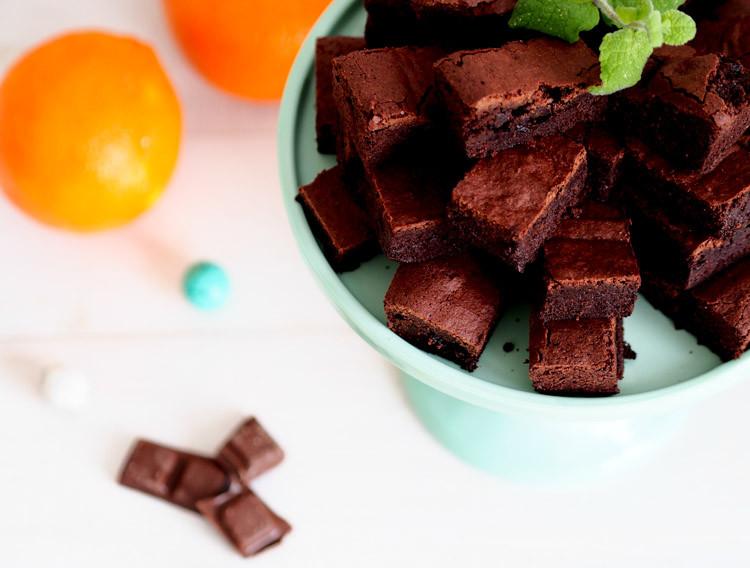 brownie z pomarańczą pokrojone  w kostkę  na paterze - wszystkiego słodkiego