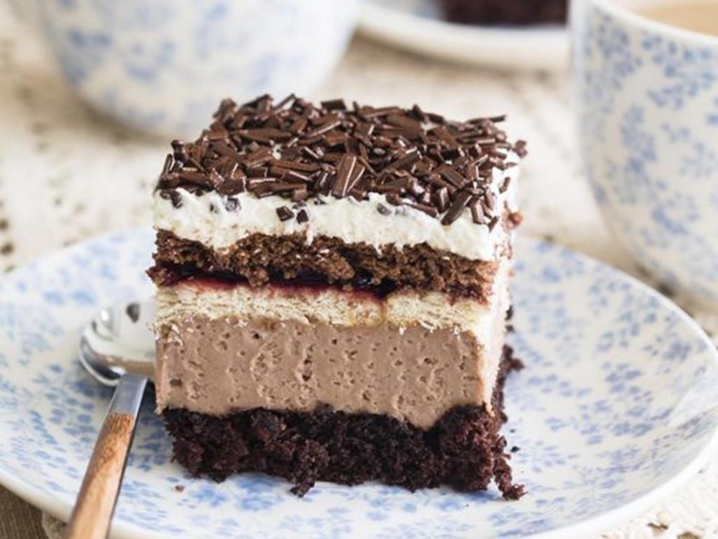 ciasto kubanka na kawowym biszkopcie przełozony kremem, herbatnikami i dzemem porzeczkowym