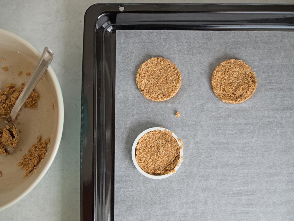 Nakładanie masy na ciasteczka do okrągłej foremki.