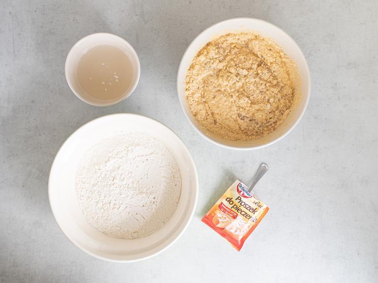 Woda kokosowa, mąka wymieszana z solą, proszek do pieczenia i masa bananowa. Wszystko w osobnych miseczkach.