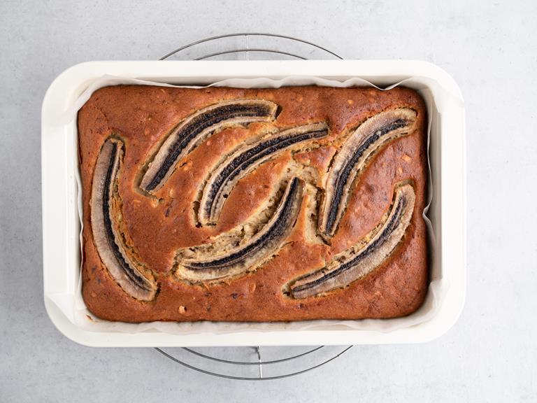 Upieczone ciasto bananowe w foremce.