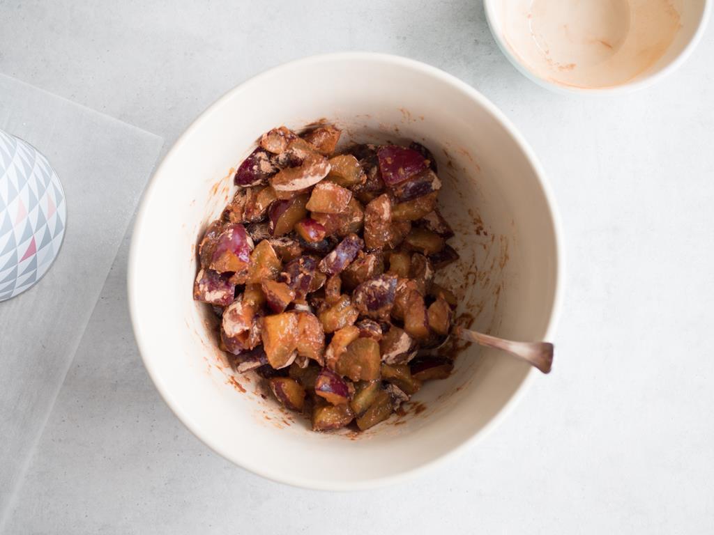 Śliwki wymieszane z mąką ziemniaczaną i cynamonem.