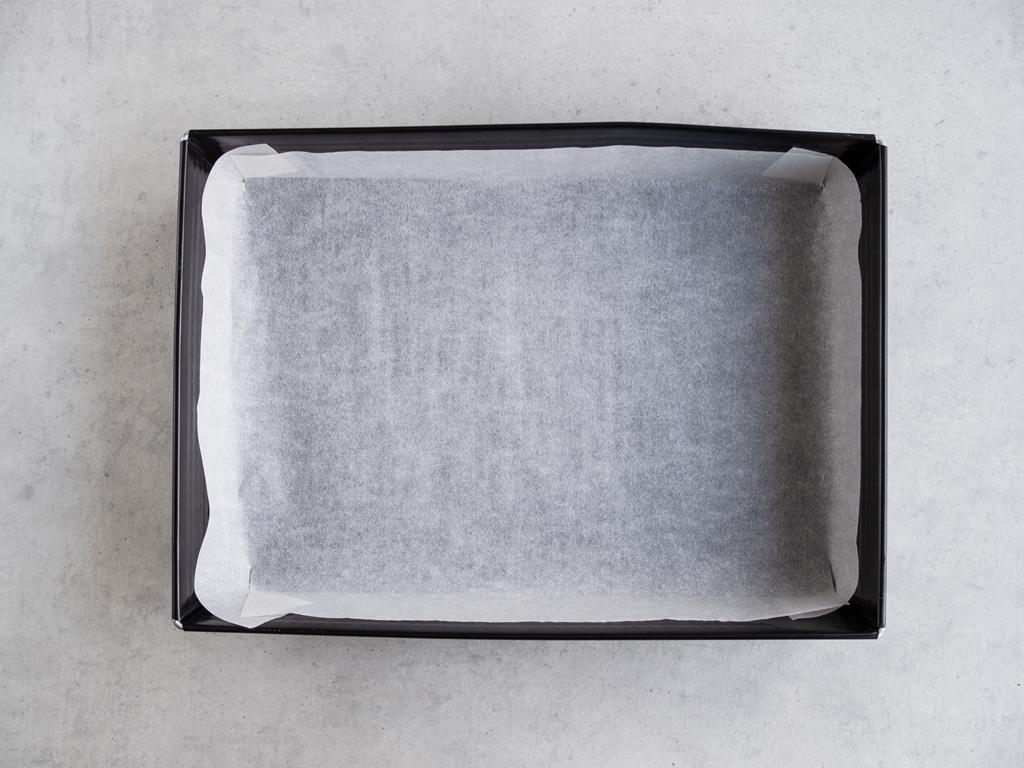 Foremka od pieczenia wyłożona papierem do pieczenia.