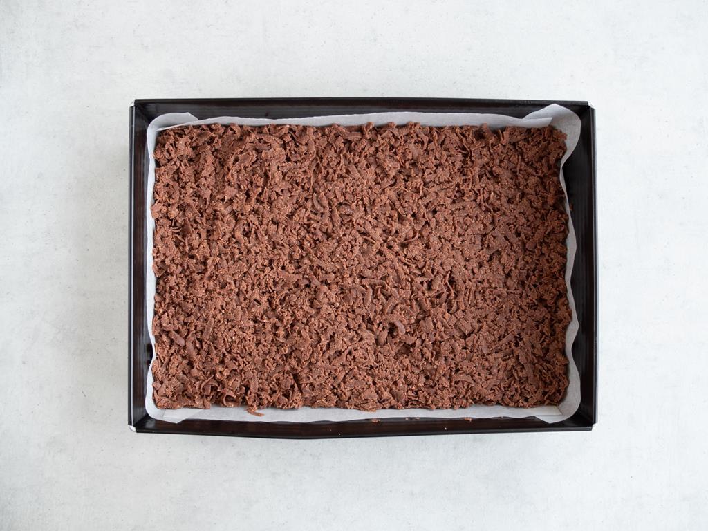 Ciasto kakaowe starte na spód formy.