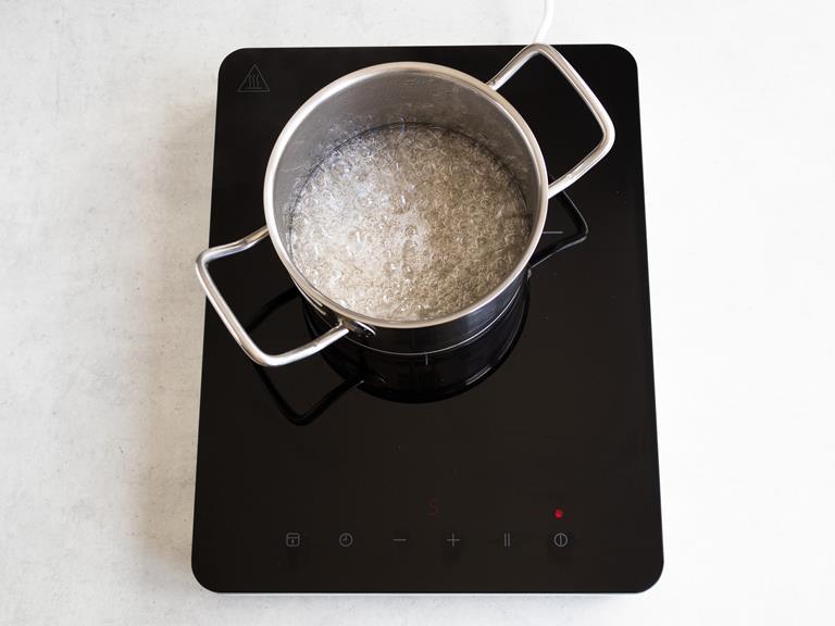 Gotująca się woda z cukrem w garnku.