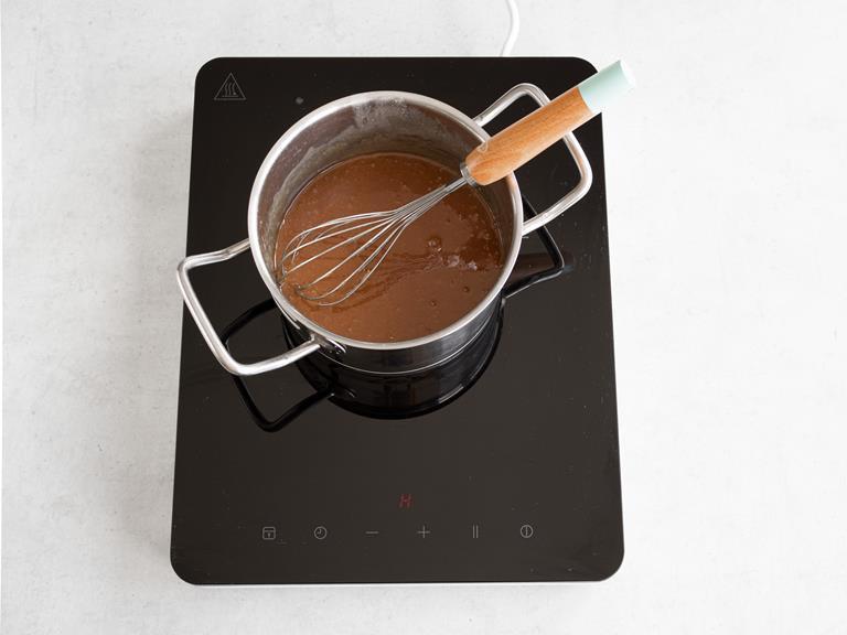 Wymieszany sos karmelowy w garnku.