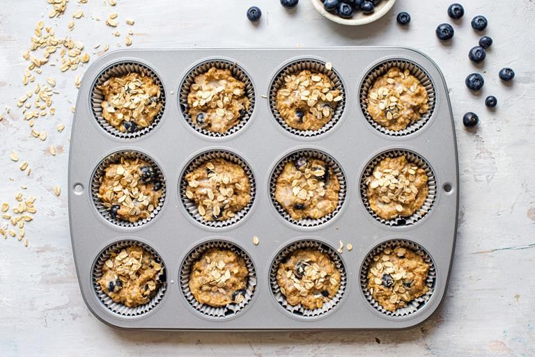 Muffinki z foremce posypane płatkami owsianymi.
