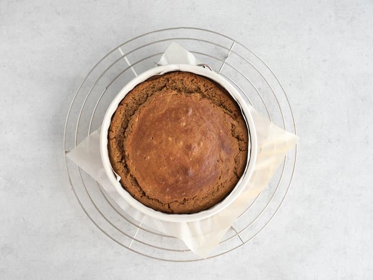 Upieczone ciasto w foremce.