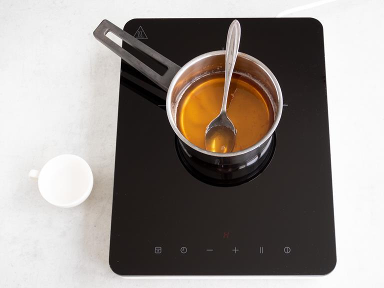 Gotowy sos. Obok w miseczce woda różana