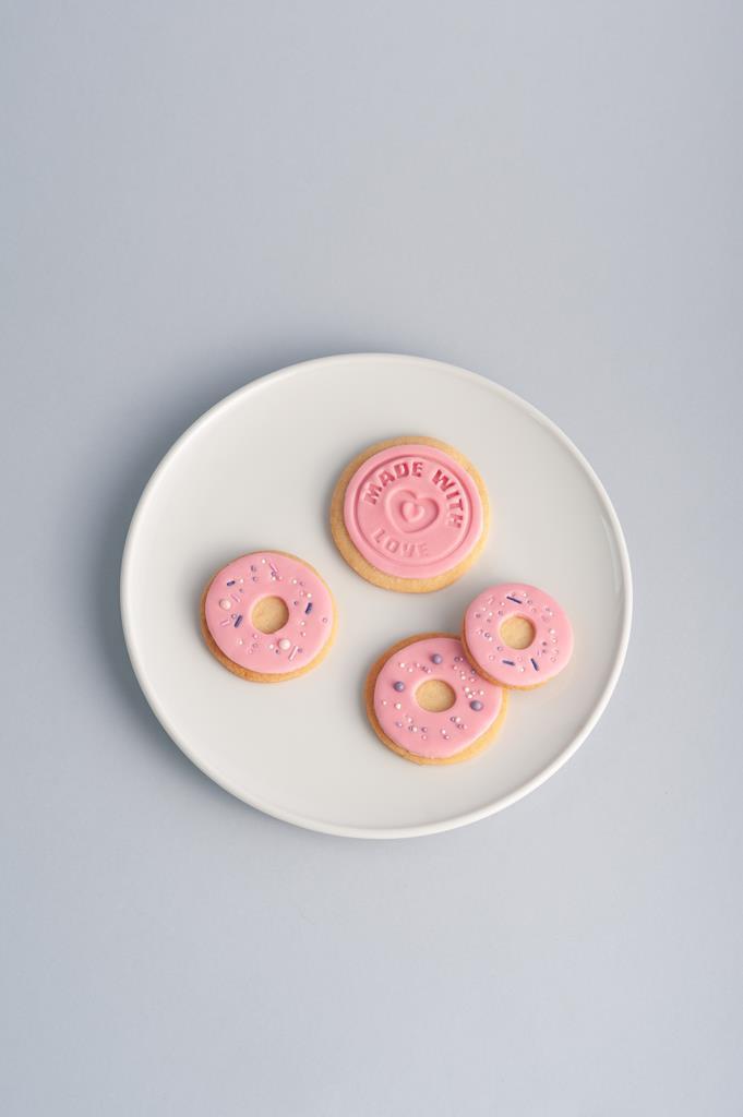 Różowa masa cukrowa (fondant) na ciasteczku