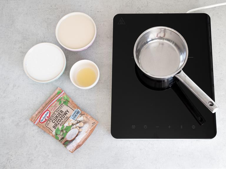 Przygotowane składniki: mleko kokosowe, mleko migdałowe, sok z limonki i ksylitol. Wszystko w osobnych miseczkach.