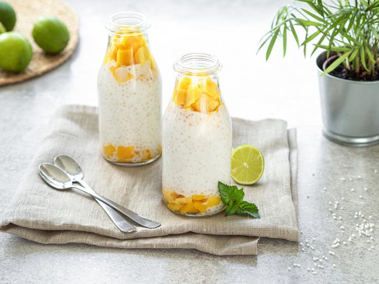 Pudding z tapioki z mango w szklanych pojemnikach, Obok limonka.